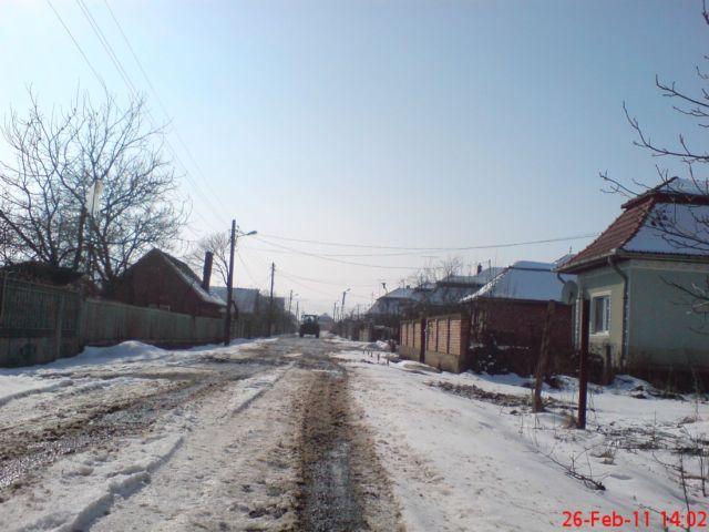 pe stradă iarna, se topeşte zăpada
